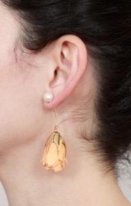 Pendiente con rosa natural y perla