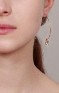 Pendiente de aro abierto con piedra y perla