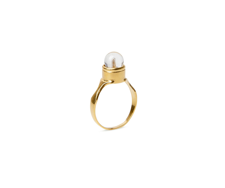 Sello redondo de oro engastado con un cuarzo transparente