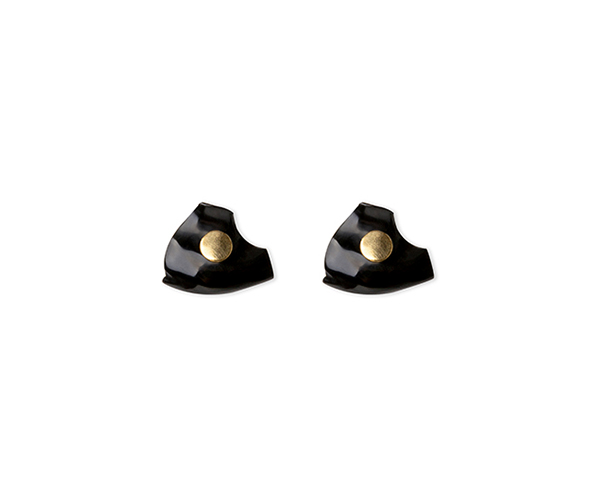 Gold earring with false onyx dilation