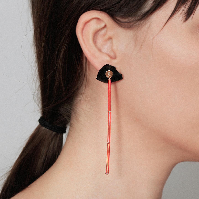 Pendientes largos de barra naranja con dilatación falsa de diseño en negro