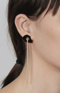 Long gold earring with bar and false onyx dilation