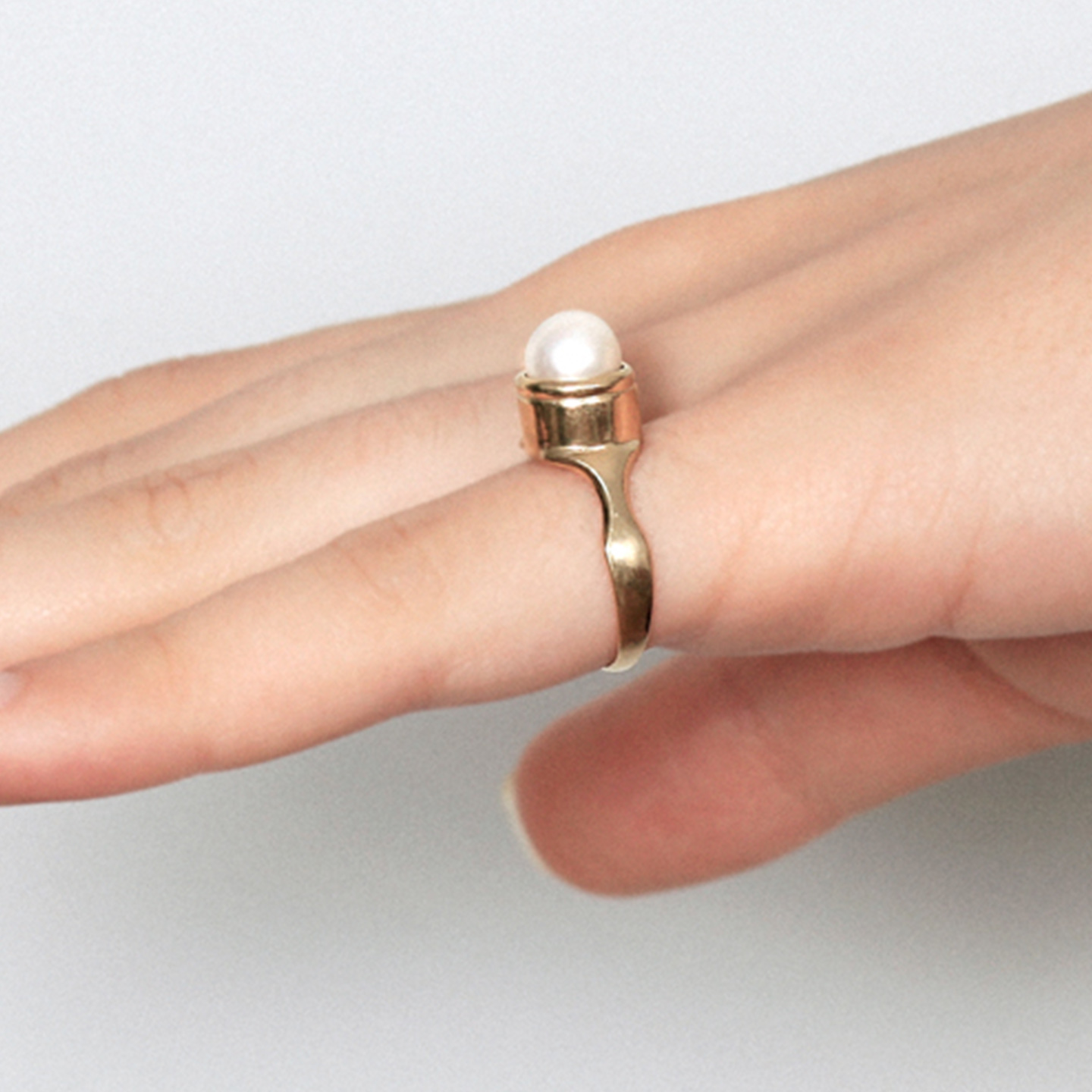 Gold round signet ring set with a fresh water pearl
