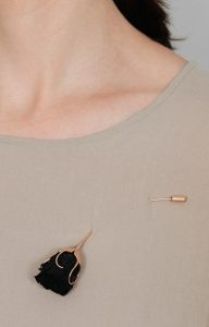 Brooche - Gold pin set with a preserved natural black rose