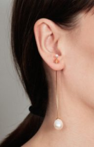 Floating pearlLong gold earring with pearls