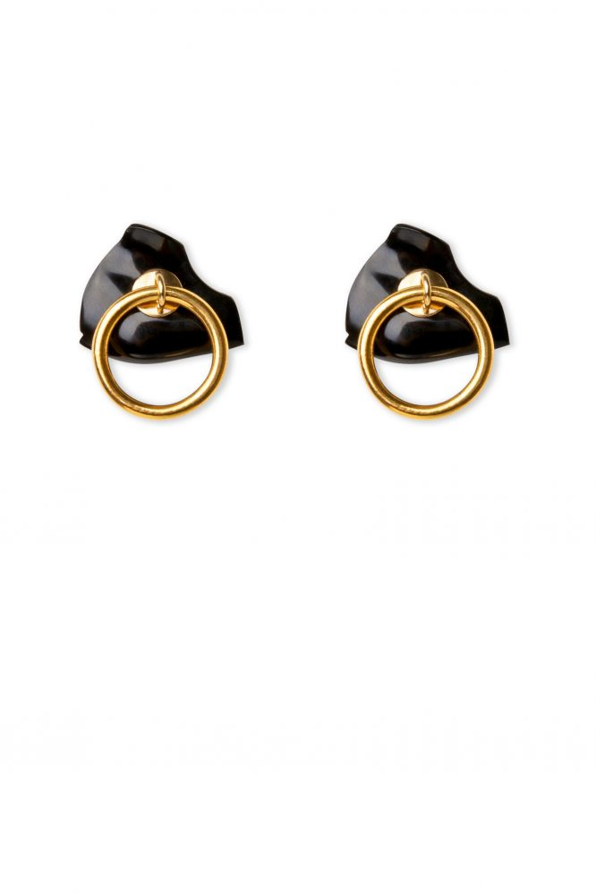Gold earring with hoop and false onyx dilation