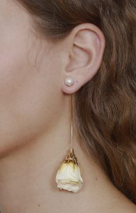 Long gold earring with cream rose
